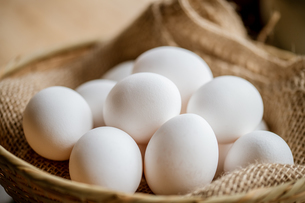 Chicken eggs in basket on table. Fresh chicken eggs.の写真素材 [FYI04048565]