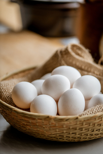 Chicken eggs in basket on table. Fresh chicken eggs.の写真素材 [FYI04048613]
