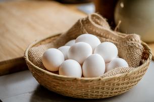 Chicken eggs in basket on table. Fresh chicken eggs.の写真素材 [FYI04048663]