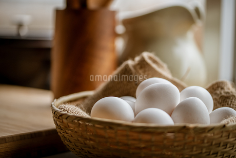 Chicken eggs in basket on table. Fresh chicken eggs.の写真素材 [FYI04048690]