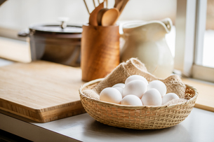 Chicken eggs in basket on table. Fresh chicken eggs.の写真素材 [FYI04048716]