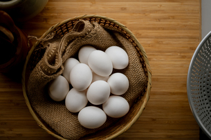 Chicken eggs in basket on table. Fresh chicken eggs.の写真素材 [FYI04048744]