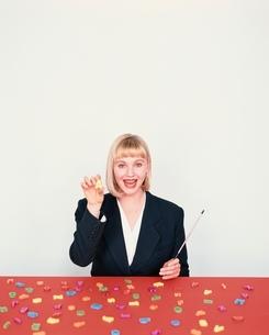 棒を持つ外国人の女性の写真素材 [FYI04048747]