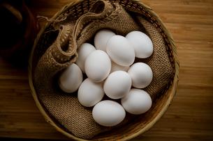 Chicken eggs in basket on table. Fresh chicken eggs.の写真素材 [FYI04048781]