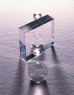 半透明な四角形と白砂の写真素材 [FYI04048811]