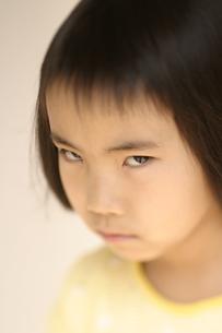 にらむ日本人の女の子のアップの写真素材 [FYI04048831]