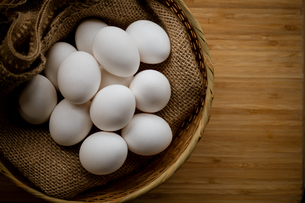 Chicken eggs in basket on table. Fresh chicken eggs.の写真素材 [FYI04048859]