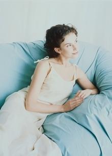 ソファに座る外国人女性の写真素材 [FYI04048872]