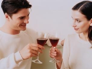 乾杯する外国人のカップルの写真素材 [FYI04048880]