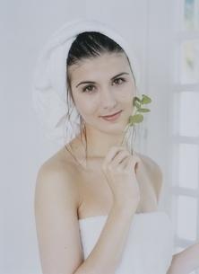 窓際でバスタオル姿の外国人女性の写真素材 [FYI04048891]