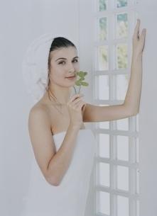 窓際でバスタオル姿の外国人女性の写真素材 [FYI04048892]
