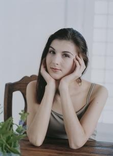 ほおづえをつく外国人女性の写真素材 [FYI04048906]