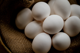 Chicken eggs in basket on table. Fresh chicken eggs.の写真素材 [FYI04048911]