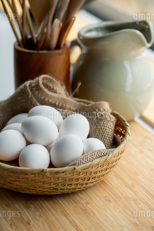 Chicken eggs in basket on table. Fresh chicken eggs.の写真素材 [FYI04048943]