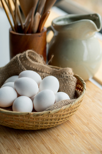 Chicken eggs in basket on table. Fresh chicken eggs.の写真素材 [FYI04048943]
