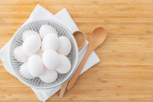 Chicken eggs in basket on table. Fresh chicken eggs.の写真素材 [FYI04048974]