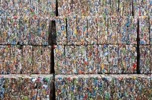 圧縮されたリサイクル缶の固まりの写真素材 [FYI04048986]