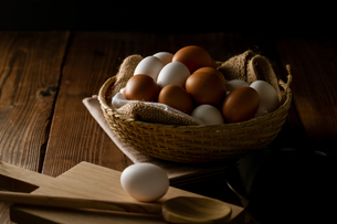 Chicken eggs in basket on table. Fresh chicken eggs.の写真素材 [FYI04049075]