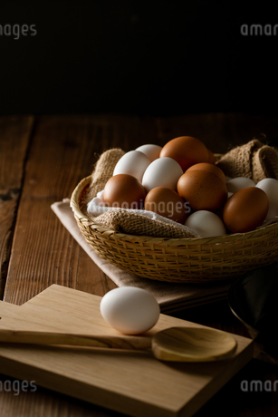 Chicken eggs in basket on table. Fresh chicken eggs.の写真素材 [FYI04049138]