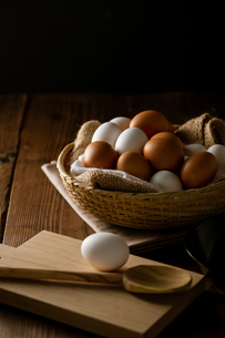Chicken eggs in basket on table. Fresh chicken eggs.の写真素材 [FYI04049138]
