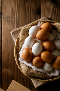 Chicken eggs in basket on table. Fresh chicken eggs.の写真素材 [FYI04049225]