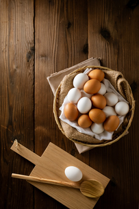 Chicken eggs in basket on table. Fresh chicken eggs.の写真素材 [FYI04049306]