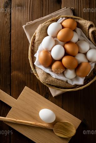 Chicken eggs in basket on table. Fresh chicken eggs.の写真素材 [FYI04049426]