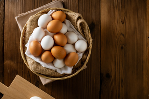 Chicken eggs in basket on table. Fresh chicken eggs.の写真素材 [FYI04049499]