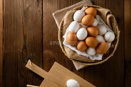 Chicken eggs in basket on table. Fresh chicken eggs.の写真素材 [FYI04049554]