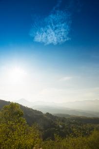 太陽と蓼科山と八ヶ岳連峰の写真素材 [FYI04049588]