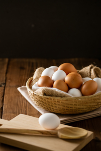 Chicken eggs in basket on table. Fresh chicken eggs.の写真素材 [FYI04049609]