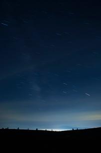 霧が峰高原と星の軌跡の写真素材 [FYI04049629]