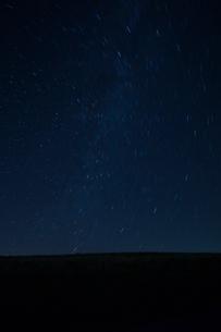 霧が峰高原と星の軌跡の写真素材 [FYI04049633]