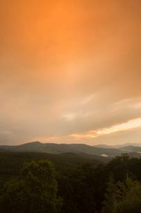 白樺高原夕陽の丘からの夕焼けの写真素材 [FYI04049640]
