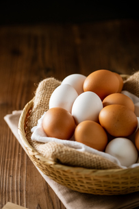 Chicken eggs in basket on table. Fresh chicken eggs.の写真素材 [FYI04049643]