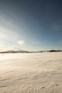 冬の美ヶ原高原より蓼科山と八ヶ岳連峰を望むの写真素材 [FYI04049661]
