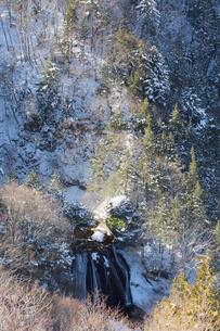 雪の王滝と横谷峡の写真素材 [FYI04049677]