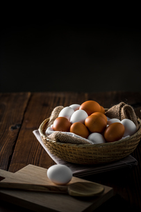 Chicken eggs in basket on table. Fresh chicken eggs.の写真素材 [FYI04049682]