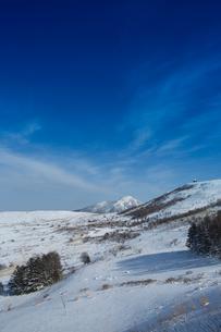 冬の霧ヶ峰車山高原と蓼科山の写真素材 [FYI04049684]