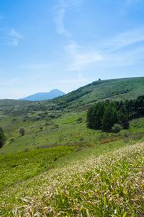 霧ヶ峰車山肩より蓼科山と車山を望むの写真素材 [FYI04049715]