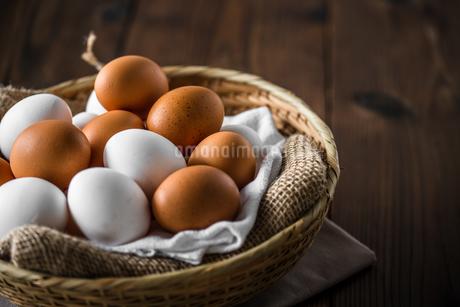 Chicken eggs in basket on table. Fresh chicken eggs.の写真素材 [FYI04049733]