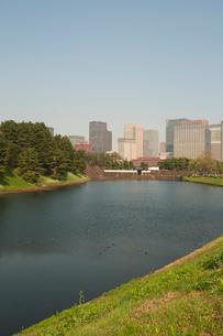濠と桜田門とビル群の写真素材 [FYI04049789]