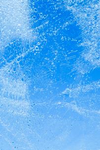 氷の中に閉じ込められた泡の写真素材 [FYI04049791]