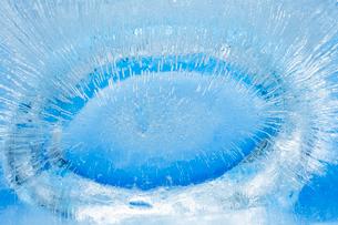 氷の中に閉じ込められた気泡の写真素材 [FYI04049796]