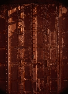 古い鉄の重厚な扉(茶色)の写真素材 [FYI04049877]