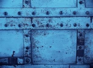 金属の重厚な壁(青)の写真素材 [FYI04049878]