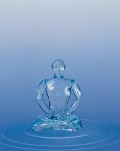 波紋と透明な座禅を組んだ人イメージ イラストの写真素材 [FYI04049888]