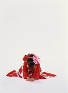 お辞儀をする和服の女の子の写真素材 [FYI04049898]