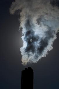 太陽と煙と煙突の写真素材 [FYI04049927]
