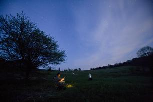 山中の星空と人の写真素材 [FYI04049950]